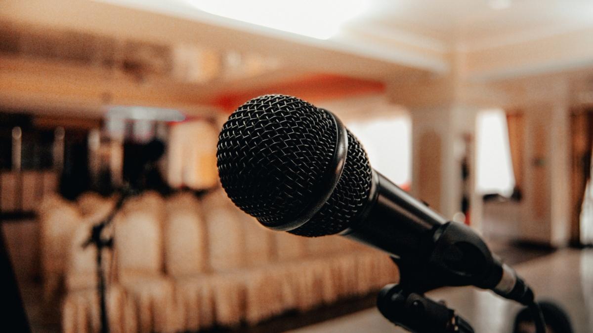 Nahaufnahme eines Mikrofons in einem Hörsaal